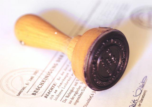 Finalisierung der beglaubigten Übersetzung mit Stempel und Unterschrift